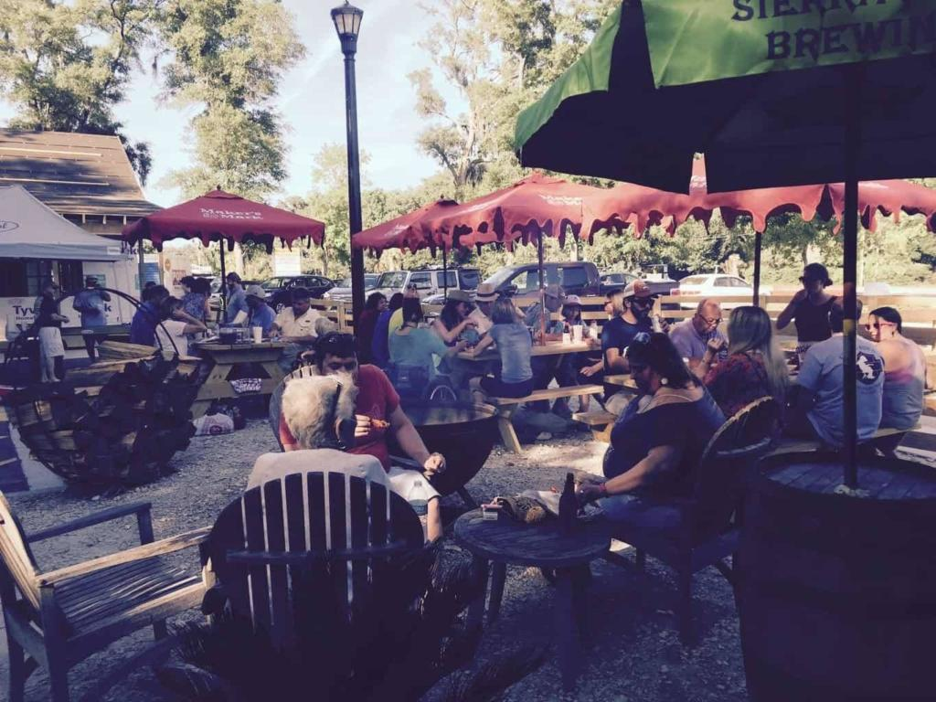 Moe's on Pawley's - Crowds
